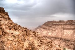 Hausse dans l'aventure en pierre de Moyen-Orient de désert Photographie stock libre de droits
