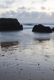 Hausse dans le beau rocha du DA de praia de plage sablonneuse de paysage marin merveilleux au crépuscule Photo libre de droits
