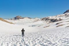 Hausse dans le paysage alpin renversant photo libre de droits