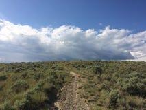 Hausse dans les belles montagnes scéniques de Kamloops images stock