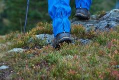 Hausse de l'homme avec des bottes de trekking image stock