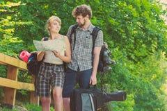 Hausse de la carte se baladante de lecture de couples en voyage Photos stock