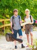 Hausse de la carte se baladante de lecture de couples en voyage Photo stock