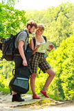 Hausse de la carte se baladante de lecture de couples en voyage Photo libre de droits