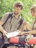 Hausse de la carte se baladante de lecture de couples en voyage Images libres de droits