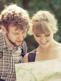 Hausse de la carte se baladante de lecture de couples en voyage Image libre de droits