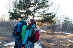 Hausse de la forêt de couples au printemps Photos libres de droits