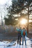 Hausse de la forêt de couples au printemps Images libres de droits