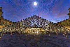 Hausse de lune sur le musée Paris de Louvre Image libre de droits