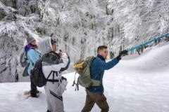 Hausse de raquette sur le chemin neigeux de montagne Arbres dans le backgroun Photographie stock libre de droits