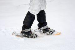 Hausse de raquette sur le chemin neigeux de montagne Promenade sur la neige fraîche Photos stock