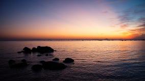 Hausse de Sun à la plage de mer de roche Image libre de droits