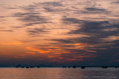 Hausse de Sun à la plage de mer de roche Image stock