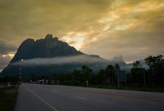 Hausse de Sun de fond de montagne de route photographie stock libre de droits
