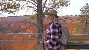 Hausse de touristes de femme aux montagnes oranges Bryce Canyon de grès rouge de fond clips vidéos