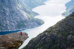 Hausse de Trolltunga au-dessus de lac Ringedalsvatnet image libre de droits