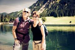 Hausse des aînés par le lac Photo libre de droits