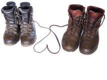 Hausse des bottes avec des dentelles de chaussure formant un coeur Photographie stock