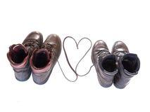 Hausse des bottes avec des dentelles de chaussure formant un coeur Photographie stock libre de droits