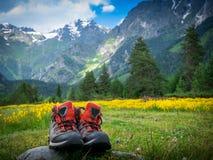 Hausse des bottes dans le paysage de montagnes photos stock