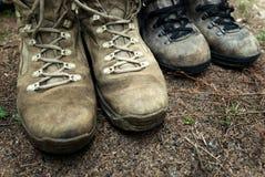 Hausse des chaussures pour des activités en plein air dans la campagne Photo libre de droits