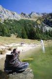 Hausse des gaines sur un lac mountain Photographie stock libre de droits