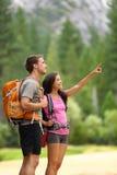 Augmentant les personnes - couples des randonneurs dans Yosemite Photographie stock libre de droits