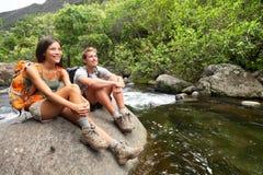Hausse des randonneurs de couples dans l'activité en plein air sur Hawaï Photographie stock libre de droits