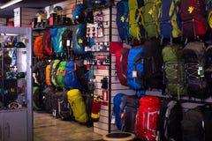 Hausse des sacs à dos dans la boutique de sports Photo libre de droits