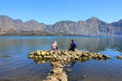 Hausse des touristes au lac du bâti Rinjani Indonésie Photos stock