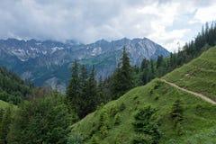 Hausse du chemin dans les Alpes photographie stock libre de droits