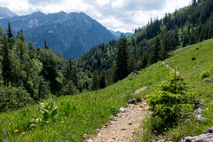 Hausse du chemin dans les Alpes photographie stock