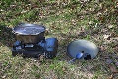 Hausse du pot de soupe bouillant sur un brûleur à gaz de touristes Photographie stock