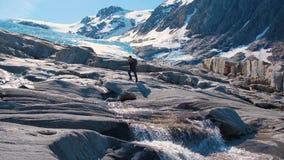 hausse en montagnes de la Norv?ge, glacier de Svartisen banque de vidéos