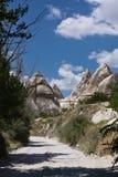 Hausse en vallée rocheuse d'amour de grès de beau désert chaud avec les troglodytes énormes en ciel bleu Photos stock