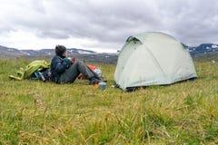 Hausse et camper dans Hornstrandir Image stock