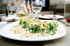 Hausse et cubes en persil placés sur un plat blanc dans restaurant chinois/japonais Photographie stock libre de droits