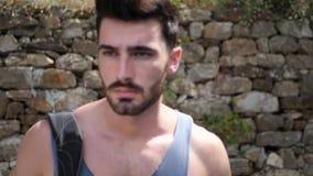 Hausse extérieure de jeune homme beau sur la route rurale banque de vidéos