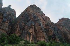 Hausse foncée de tours par Zion National Park en Utah photo stock
