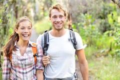 Hausse - marche de randonneurs heureuse dans la forêt Photographie stock libre de droits