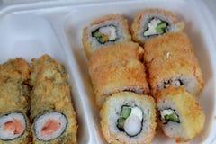 Hausse, nori, saumon, chesee, écrémant l'oeil rôti, masago, unagi, sauce, froid, jardin, vasabi, concombre, poivre, ovacado, thon images stock