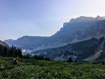 Hausse par une belle vallée sur le chemin vers le lac caché image libre de droits