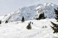 Hausse pour deux hommes dans les hautes montagnes Images libres de droits