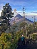 Hausse près du bâti Fuego le long de l'acatenango adjacent de bâti Chacun des deux sont des volcans image libre de droits