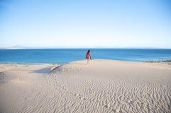 Hausse sur des dunes de sable de tarifa Photographie stock libre de droits