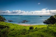 Hausse sur la belle c?te sans aucun doute de la baie dans le nord lointain du Nouvelle-Z?lande photo stock