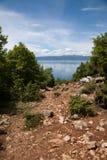 Hausse sur une montagne à côté de lac d'orchidée Image libre de droits