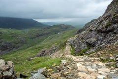 Hausse vers le bas de la montagne de Snowdon le long de la voie de PYG - 2 Photographie stock