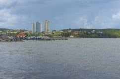 Hausses et maisons élevées près de marina de Fajardo photographie stock libre de droits