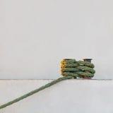 Haussière fixée au poteau d'amarrage Images libres de droits